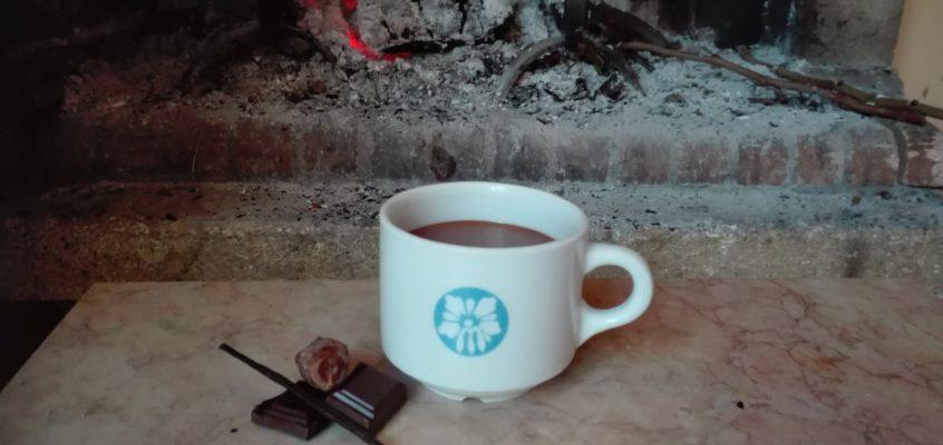 Gorąca czekolada, ogień w kominku i opowieści